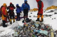 На Евересті активісти за півтора місяця зібрали 11 тонн сміття