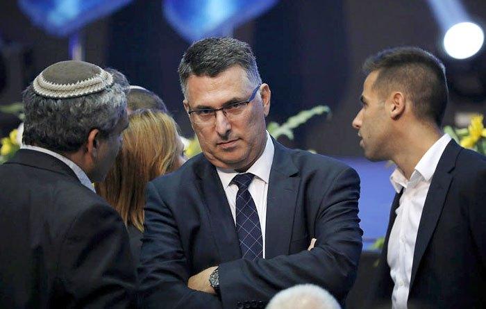 Член Кнессета от партии 'Ликуд' Гидеон Саар (в центре) во время съезда партии, Тель-Авиве, 17 сентября 2019.