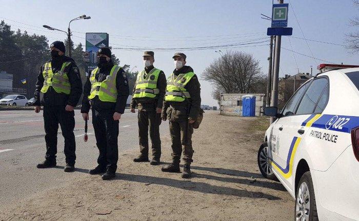 На контрольно-перевірочних пунктах поліція здійснює перевірку та контроль пересувань для забезпечення карантинних заходів в країні