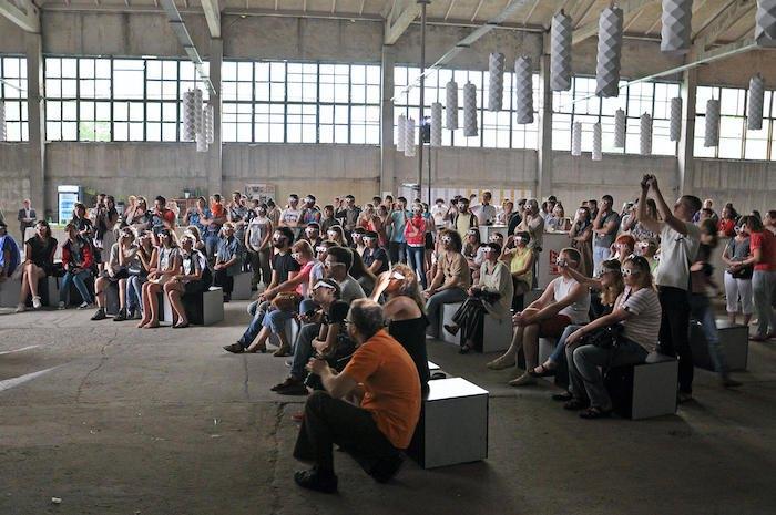 <i>Перформанс артгрупи Sviter,Відкриття виставки «Місце зустрічі», Донецьк, 2013</i>