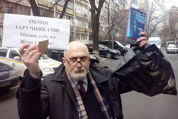 Під час протесту юристів під ГПУ в грудні 2013 року з вимогою звільнення двоката Віктора Смалія
