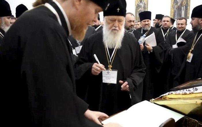 Филарет подписывает документ о ликвидации УПЦ КП