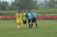Президент украинского футбольного клуба ударил арбитра кулаком в лицо во время матча