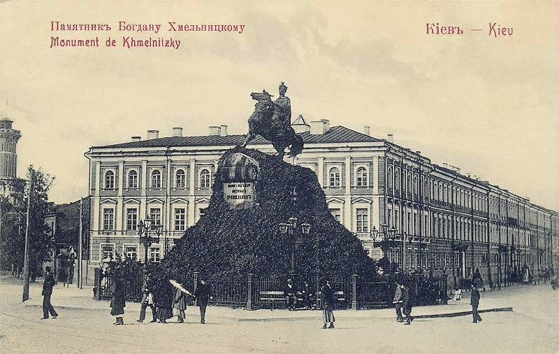 Здание Присутственных мест за памятником Богдану Хмельницкому.
