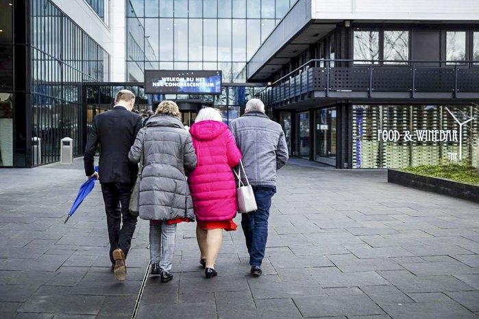 Родственники прибывают в суд, чтобы следить за процессом по сбитому малазийскому боингу MH17, Ньивегейн , Нидерланды, 9 марта 2020 г.