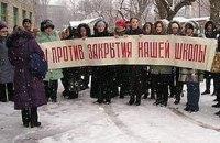 Родителей учеников украинских школ в Макеевке не отпускают митинговать