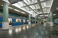 Пасажир, який упав під поїзд метро, помер
