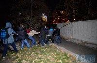 В Киеве на Дарнице стрельба, драка, местные жители ломают строительный забор
