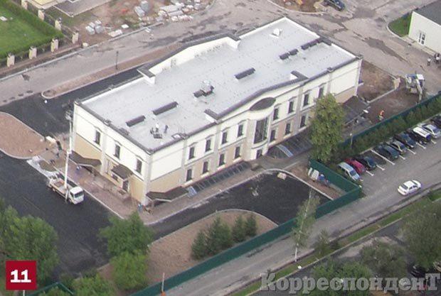 Административное здание. Массивное двухэтажное здание находится прямо у главного въезда в Межигорье, недалеко от него - котельная