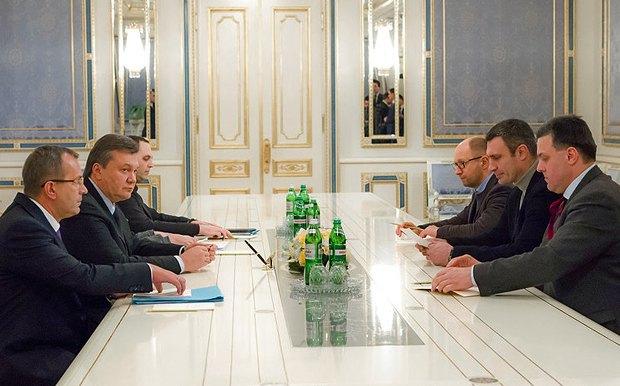 План максимум: втягнути опозицію у процес, і Яценюк, Тягнибок та Кличко тижнями та навіть місяцями ходитимуть на Банкову, щоб узгодити з Клюєвим чергові поправки до чергового проекту нової Конституції