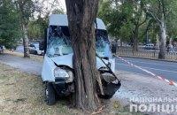 У Миколаєві маршрутка в'їхала в дерево, постраждали 9 осіб