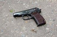 В Мирнограде 3-летний ребенок прострелил себе ногу пистолетом, оставленным на тумбочке