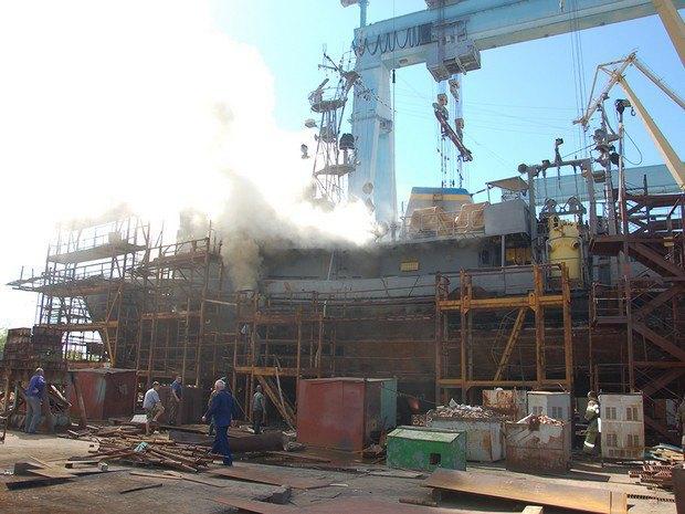 ВНиколаеве полыхает водолазное судно ВМС Украины