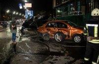 У Києві Porsche протаранив Chevrolet і загорівся над підземним переходом