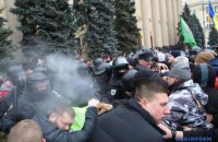 Возле Харьковской ОГА произошли столкновения, пострадали журналист и полицейский