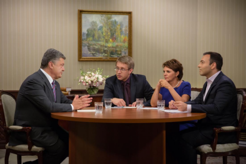 Порошенко сегодня даст интервью трем телеканалам
