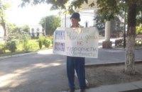 В Симферополе задержали пенсионеров за одиночные пикеты в поддержку Караметова (обновлено)