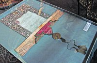 """У """"Софії Київській"""" виставили грамоту Петра I, яка доводить анексію Української помісної церкви Москвою"""