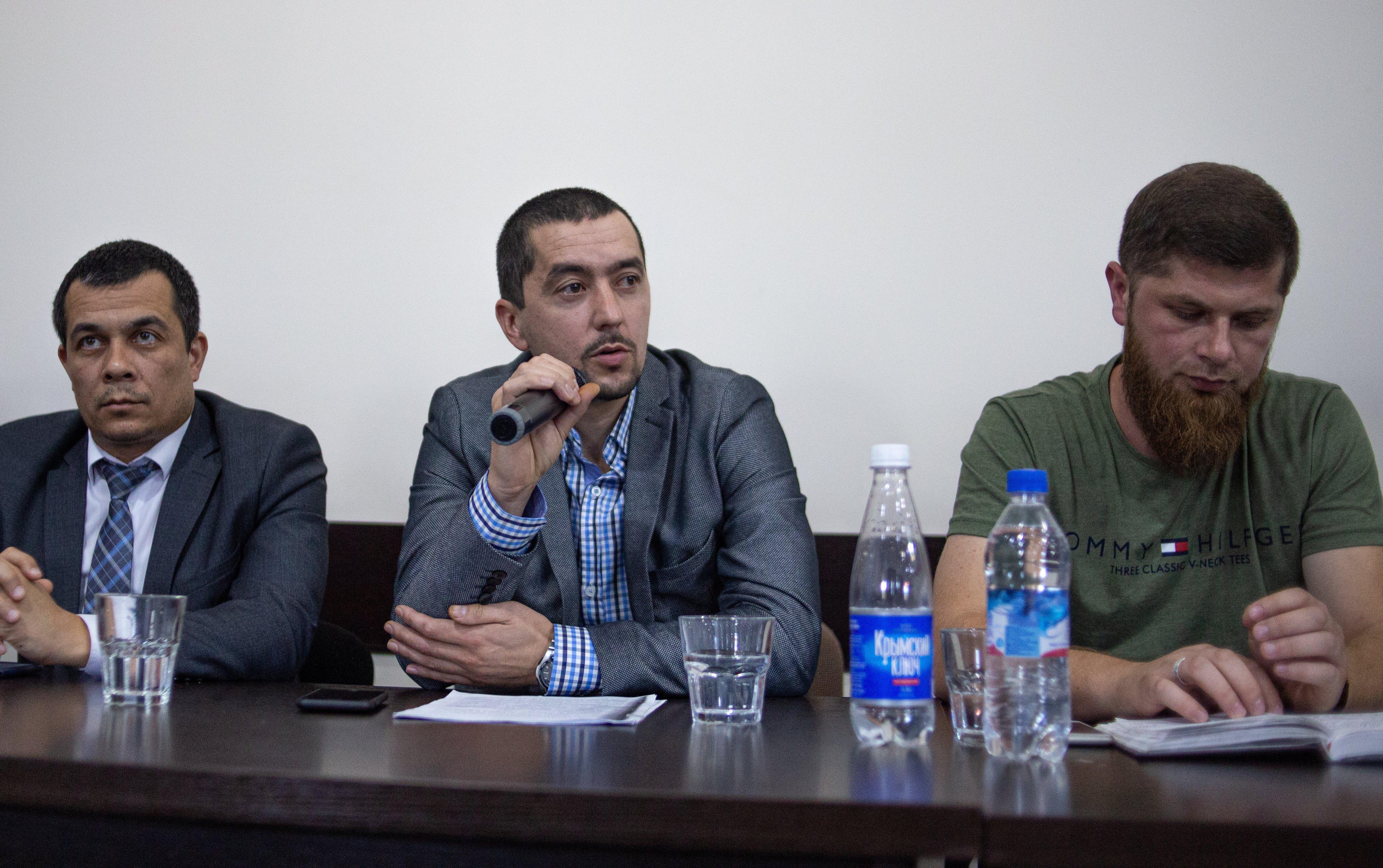 Назим Шейхмамбетов выступает на ежемесячном собрании правозащитной инициативы Крымская Солидарность