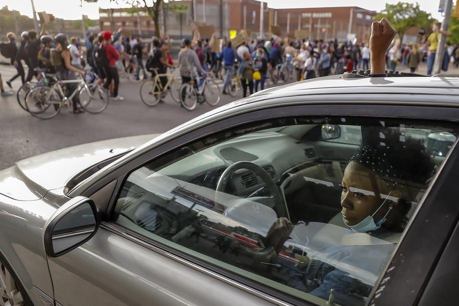 Демонстранты перекрыли улицу, Нью-Йорк, 1 июня 2020