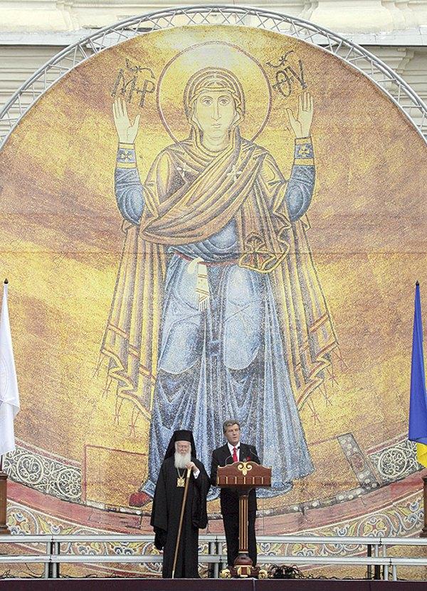 Президент Віктор Ющенко та Вселенський Патріарх Варфоломій під час святкування 1020-ї річниці хрещення Київської Русі на Софійській площі, де висловилися за об'єднання православних в Україні, 26 липня 2008 року