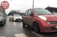 Автомобиль сбил трех человек на остановке в Киеве