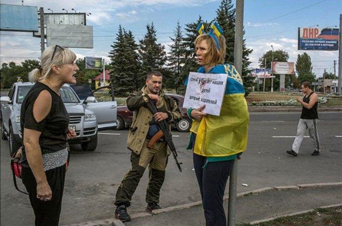 Ірину Довгань катували публічно на площі в Донецьку, 25 серпня, 2019. Тоді ніхто за неї не заступився, лише завдяки фото, яке облетіло світ, і заступництву журналістів Ендрю Крамера (New York Times) і Марка Франкетті (Sunday Times) її вдалося звільнити.