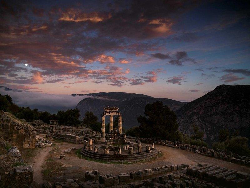 Святилище Афины погружается во тьму, Дельфы, Греция.