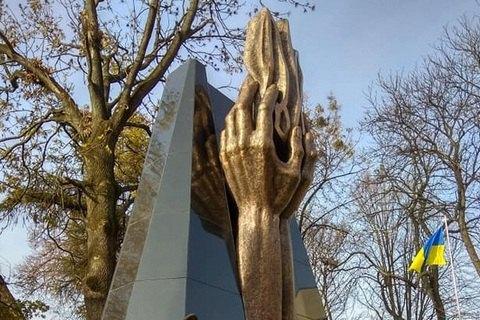 У Львові місцева й обласна влада встановили два пам'ятники ЗУНР за 450 м один від одного