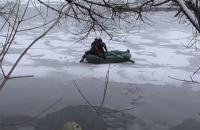 В Сумах спасатели спасали мальчика, который оказался один на льду