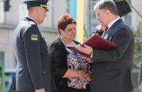 Порошенко вручил Золотую Звезду Героя Украины матери погибшего на Донбассе пограничника Пикуса