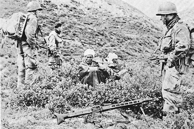 Французские солдаты берут в плен алжирских повстанцев