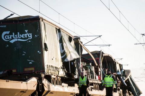Шесть человек погибли при крушении поезда в Дании