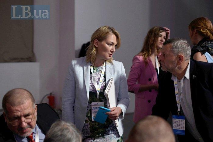 <b>Ахтем Чийгоз</b> ( cправа) та Марія Ионова на з'їзді партії