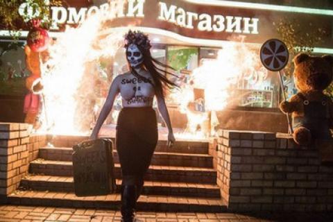 Активистка Femen задержана за поджоги у магазинов Roshen