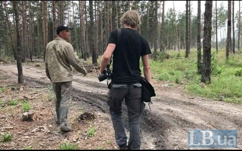 Старатель (ліворуч) виводить журналістів LB.ua з лісу