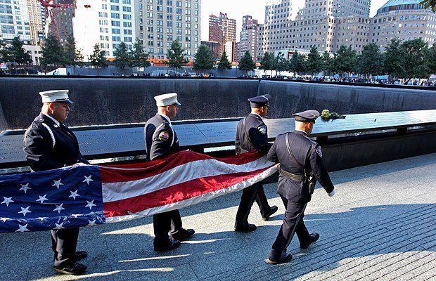 Почетный военный караул несет флаг США