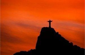 У Бразилії спалили шестиметрову копію Кубка світу