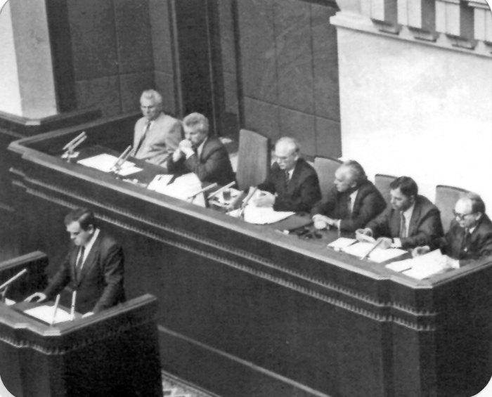 Василь Дурдинець (перший заступник голови Верховної Ради України) та інші члени президії під час засідання парламенту
