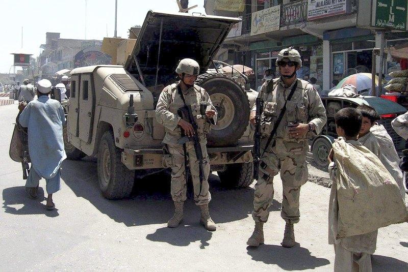 Cолдаты армии США патрулируют улицы Джелалабада, 6 июля 2005 г.