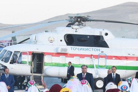 У Таджикистані начальник аеропорту впав і помер через президентський вертольот