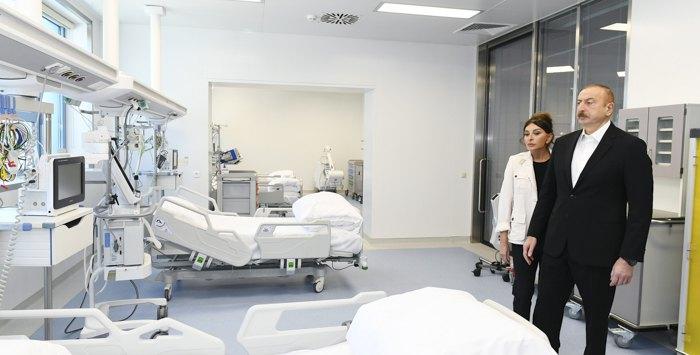 Президент Азербайджанской Республики Ильхам Алиев и первая леди Мехрибан Алиева во время открытия «Ени клиники» в Баку, 28 марта 2020