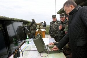 Янукович запустил противотанковые ракеты на учениях