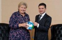 """Прем'єр Норвегії подарувала Зеленському футбольний м'яч з """"Цілями сталого розвитку"""""""