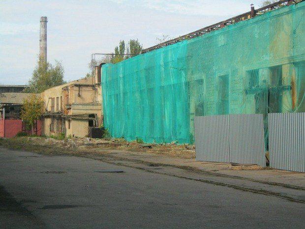 Как встречали Януковича на ХСЗ. Неработающие цеха завесили маскировочными сетками, чтобы не раздражали и не портили эстетическую картину
