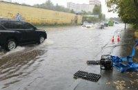 Після дощу затопило проїжджі частини десяти вулиць у Києві