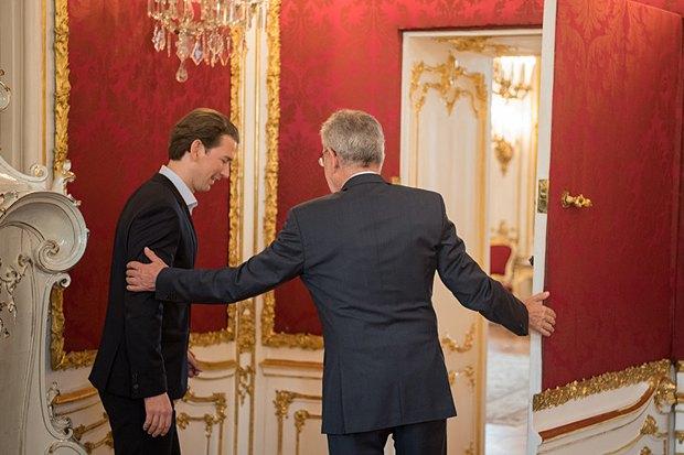 Министр иностранных дел, руководитель Австрийской народной партии Себастьян Курц (слева) и президент Австрии Александр Ван дер Беллен во время встречи в Вене, 15 мая 2017.