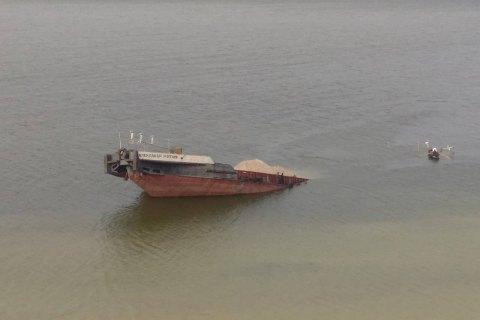 В Каховском водохранилище затонула баржа с нефтепродуктами