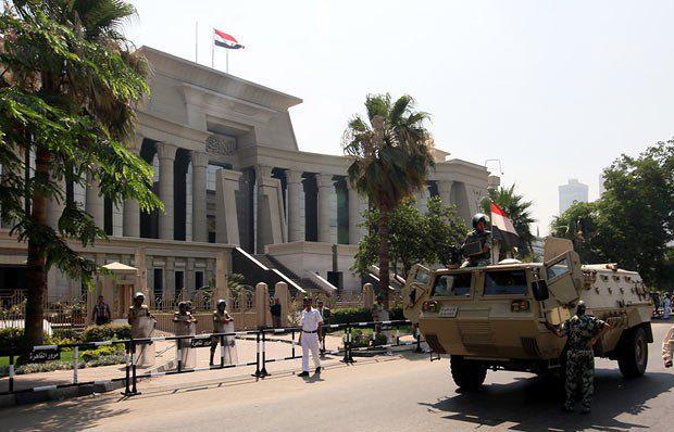 Солдаты египетской армии у Конституционного суда, который рассматривает запрет соратникам Мубарака принимать участие в выборах