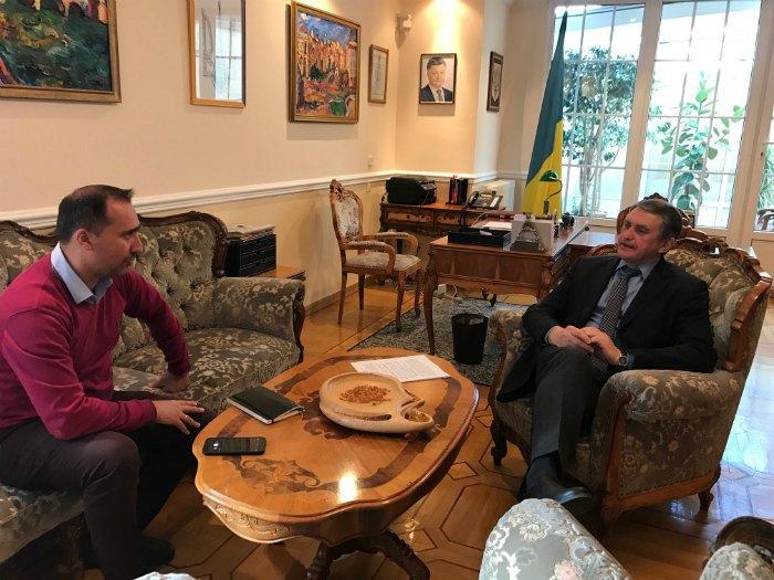 Посол України в Франції Олег Шамшур дає інтерв'ю LB.ua